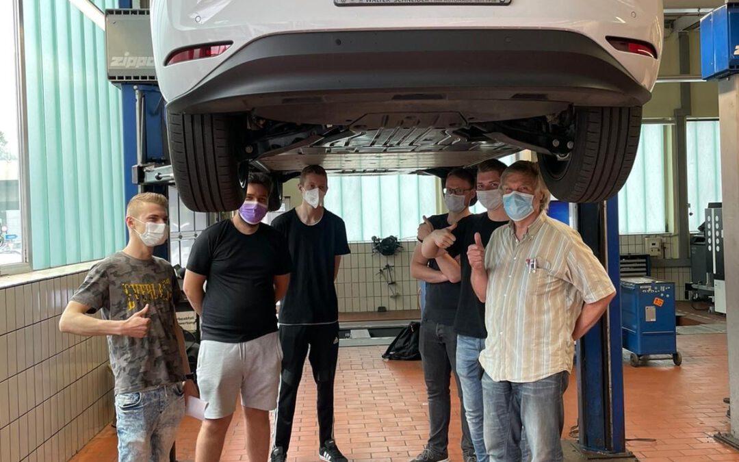 Kfz-Mechatroniker zu Besuch bei VW-Schneider